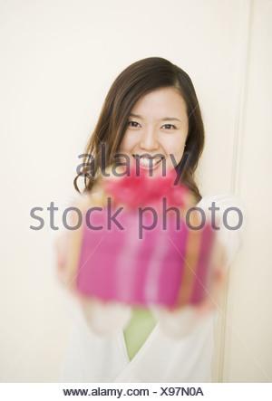 Femme offrant des présents Banque D'Images