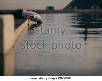 L'homme met sa tête dans l'eau Banque D'Images