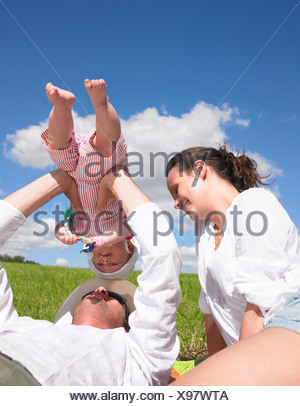 La mère, le père et le bébé dans le champ Banque D'Images