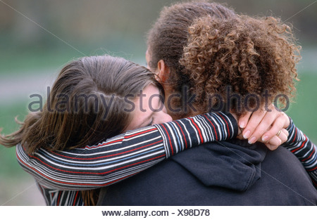 White girl hugging son petit ami d'immigrants Banque D'Images