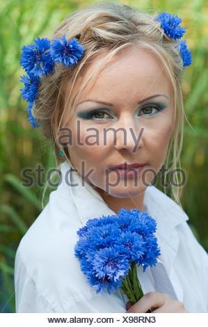 Portrait de femme avec de belles fleurs bleu Banque D'Images