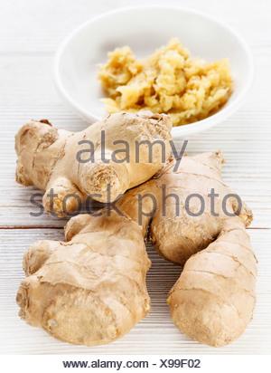 Racine de gingembre cru spice sur table en bois Banque D'Images