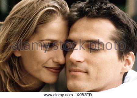 Couple, souriant, les yeux fermés de l'homme Banque D'Images