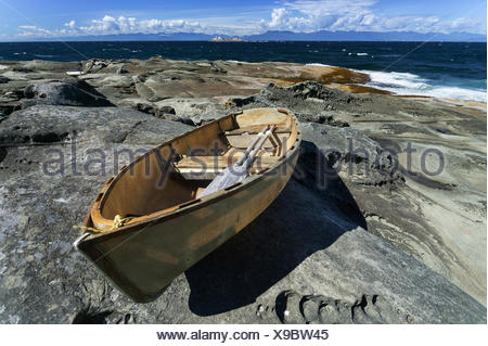 Une friche dory vient se poser sur les formations de roche de grès à l'extrémité nord de l'Île Gabriola. Garbriola Gulf Island Banque D'Images