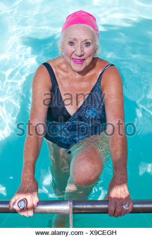 Portrait of senior woman in swimming pool Banque D'Images