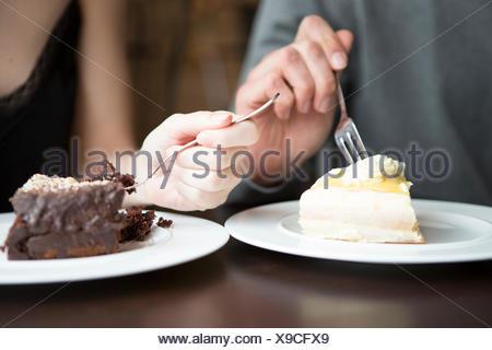 Portrait de couple having pâtisseries Banque D'Images