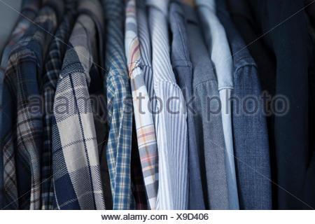 Vue latérale des shorts sur des cintres dans la rangée sur porte manteau Banque D'Images