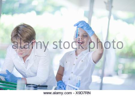 Enfants jouant dans les scientifiques lab