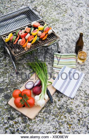 Barbecue avec des légumes sur rock Banque D'Images