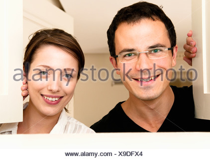 Couple heureux regarder à travers les portes de service Banque D'Images