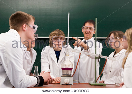 Un enseignant montrant ses étudiants une expérience de chimie Banque D'Images