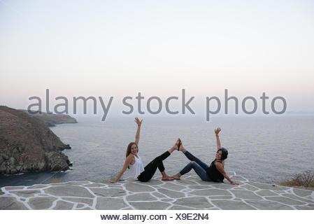 Deux filles messing, Cyclades, Grece Banque D'Images