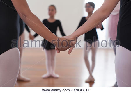 Vue arrière d'un groupe de ballet school girls holding hands Banque D'Images