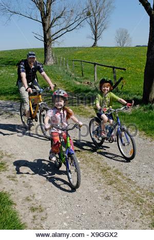 Famille sur un vélo près de Koenigsdorf, Upper Bavaria, Germany, Europe Banque D'Images