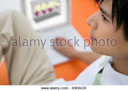 Young man with laptop Banque D'Images