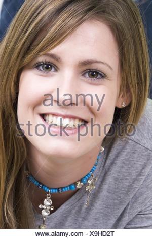 ... Close up sourire heureux jeune femme, brune, visage heureux vue avant  Banque D  957e9347f3b