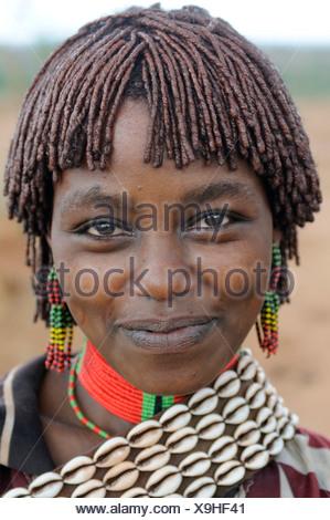 Jeune femme de la tribu Hamar au cours de la cérémonie, bull-sautant un rite d'initiation, portrait, sud de vallée de l'Omo, Ethiopie Banque D'Images