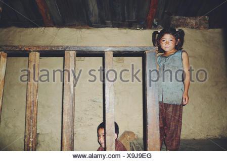 Portrait de deux sœurs dans une maison népalaise traditionnelle, au Népal Banque D'Images