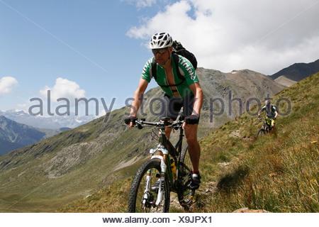 Vélo de montagne équitation descente à la Passo della Vallaccia pass, Livigno, province de Sondrio, Lombardie, Italie Banque D'Images