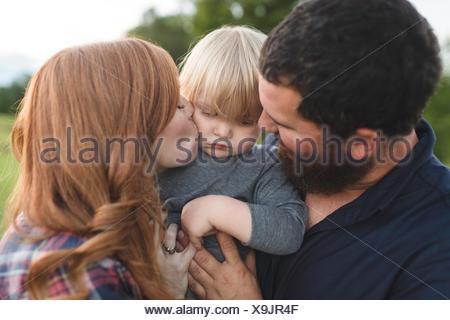 Mère et père fils, tenir les jeunes à l'extérieur Banque D'Images