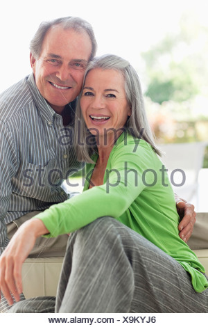 Smiling couple hugging Banque D'Images