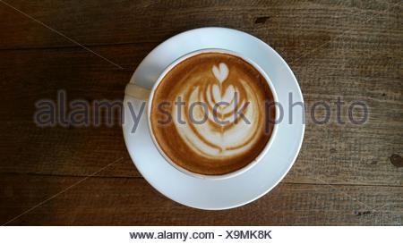 Vue directement au-dessus de café avec Latte Art sur tableau Banque D'Images