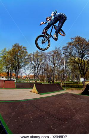 Adolescent faisant vélo BMX stunt dans un planchodrome, Osijek, Croatie, Europe Banque D'Images