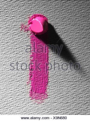 Résumé de morceau de barbouiller et rouge à lèvres Rose sur fond gris Banque D'Images