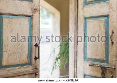 Close up de porte et les poignées de la maison rustique