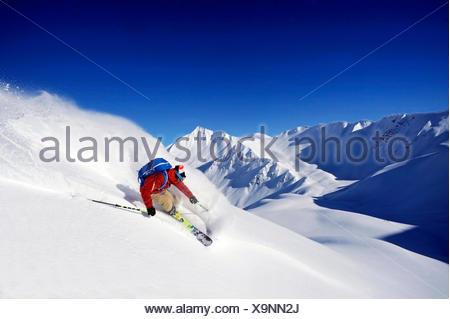 Ski hors piste dans les Alpes, le Mont Jovet en arrière-plan, France, Savoie, La Plagne Banque D'Images