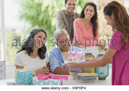 La présentation du gâteau d'anniversaire fille de père Banque D'Images