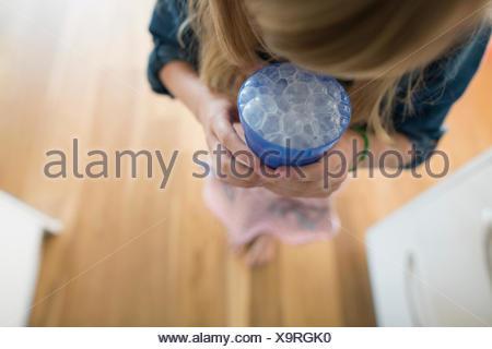 Girl blowing bubbles dans le lait Banque D'Images