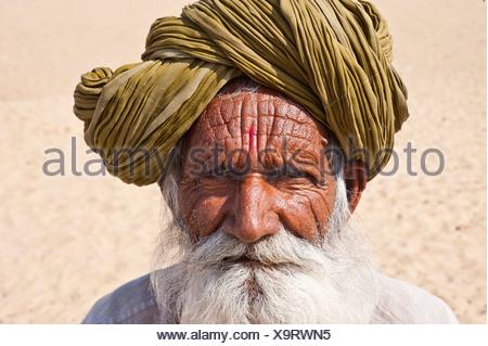 Portrait d'un vieil homme indien du Rajasthan, avec une barbe grise portant un turban traditionnel, désert de Thar, Rajasthan, Inde Banque D'Images