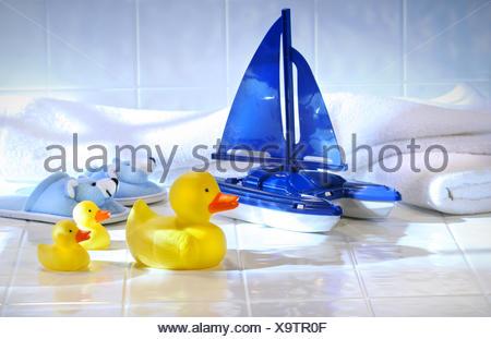 Laver l'animal isolé bleu bébé jouet propreté bec de canard en plastique humide laver matériau synthétique bateau à voile voilier oeil serviette Banque D'Images