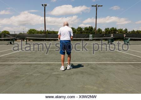 Vue arrière du senior man on tennis Banque D'Images