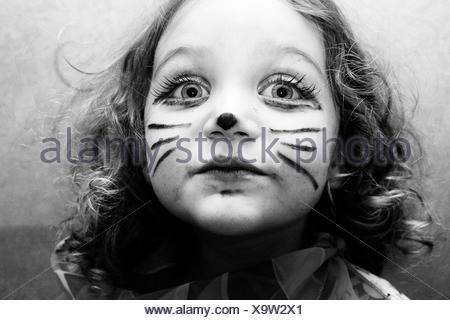 Portrait d'une fille avec son visage peint comme un chat Banque D'Images