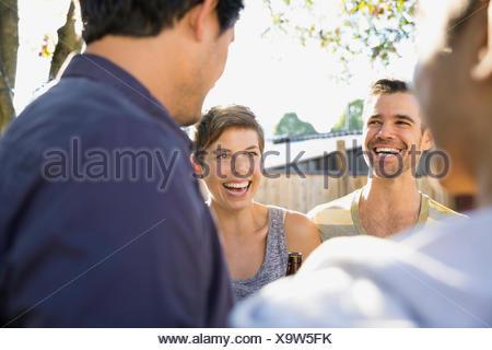 Les amis de rire et de parler Banque D'Images