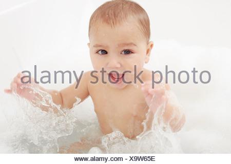 S'éclabousser dans une baignoire de bébé Banque D'Images