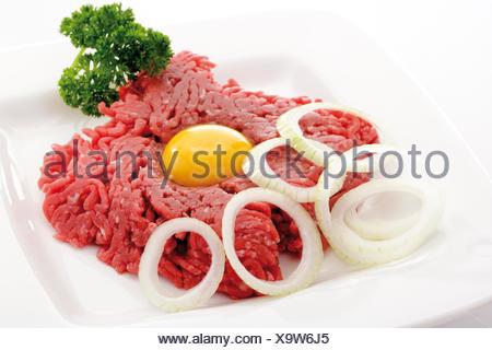 Tartare, d'oeuf, le persil et l'oignon cru Banque D'Images
