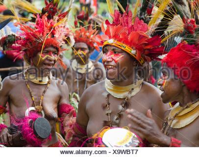 Les artistes interprètes ou exécutants Tribal à Mt Hagen show en Papouasie Nouvelle Guinée portant des panaches d'oiseaux de paradis dans la région de coiffures Banque D'Images