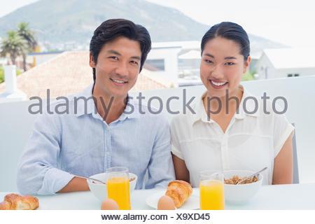 Smiling couple having breakfast together Banque D'Images