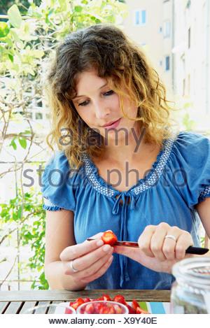 Jeune femme préparer un punch Banque D'Images
