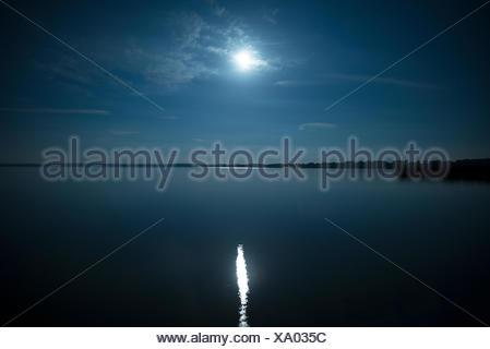 Pleine lune reflète dans l'eau Banque D'Images