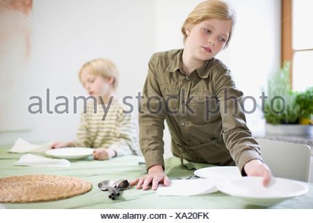 Soeur et son frère dans la cuisine Banque D'Images