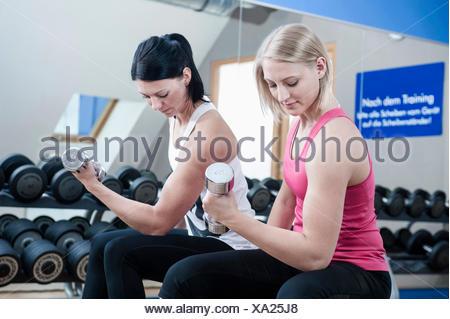 Deux femmes en sport faire la formation de poids Banque D'Images