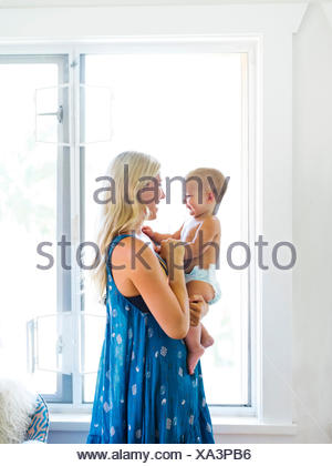 Mother holding baby boy (18-23 mois)