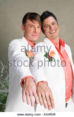 Couple Gay, montrant les anneaux de mariage Banque D'Images