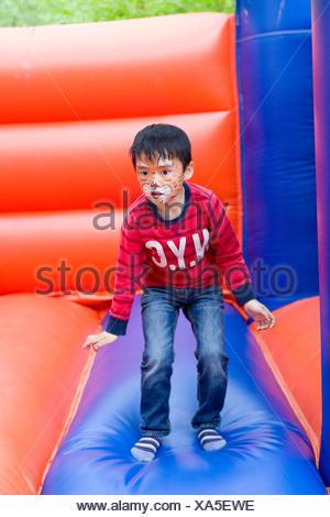 Petit garçon sur le château gonflable Banque D'Images