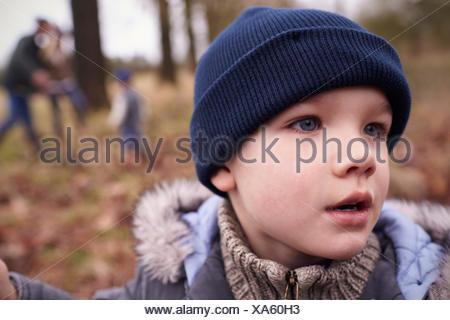 Jeune garçon sur la famille Winter Walk In Countryside Banque D'Images
