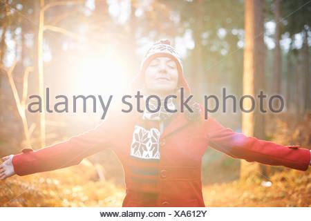 Mature Woman in hat et enduire avec bras Banque D'Images